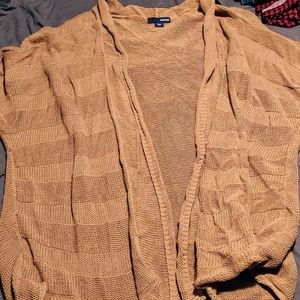 Short sleeve sweater. Brown. Open front.